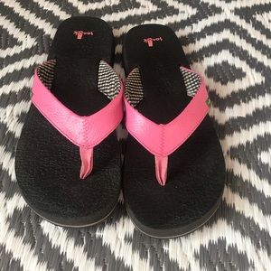 Womens Sanuk Pink Flip Flops.  Size 9